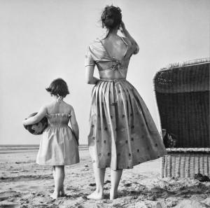 To the beach (Holland, 1953). Photographer Paul Huf