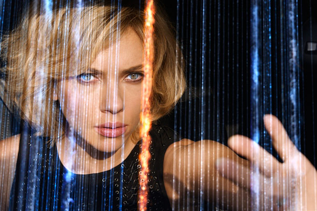 Photo of Scarlett Johansson en manos de Luc Besson