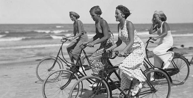 Vintage Snapshots of Summer Fun on the Beach (19)