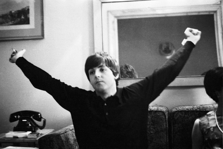 18057_paul_mccartney_en_el_hotel__barcelona__julio_de_1965___foto__juana_biarnes_