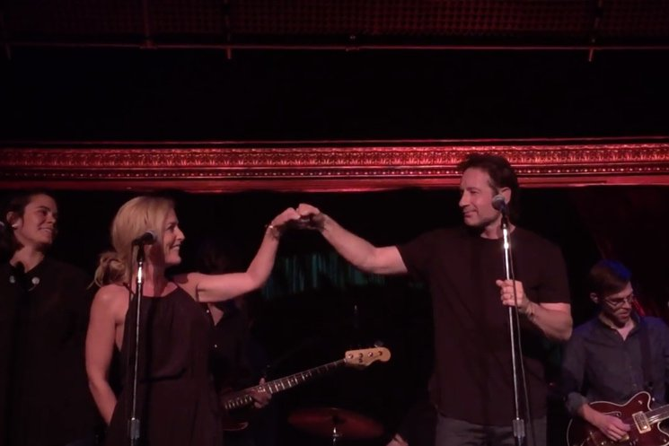 Photo of David Duchovny & Gillian Anderson – Helpless (Neil Young cover)