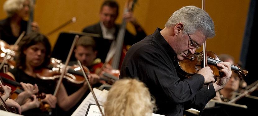 Málaga 28/10/2012 Concierto del violinista Pinchas Zukerman, que interpreta el Concierto para violín nº 1 de Bruch, y del pianista Joaquín Achúcarro, que toca como solista en Noches en los jardines de España, de Falla, en el Teatro Cervantes en el marco de la primera edición del Festival Plácido Domingo.