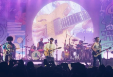 Photo of Vampire Weekend firman con Sony
