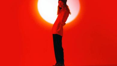 Photo of girl in red visita Barcelona en 2022